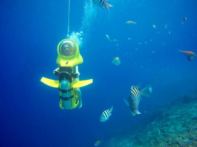 Bei einer Aquafari erkundest du die Unterwasserwelt mit einem Tauchscooter.