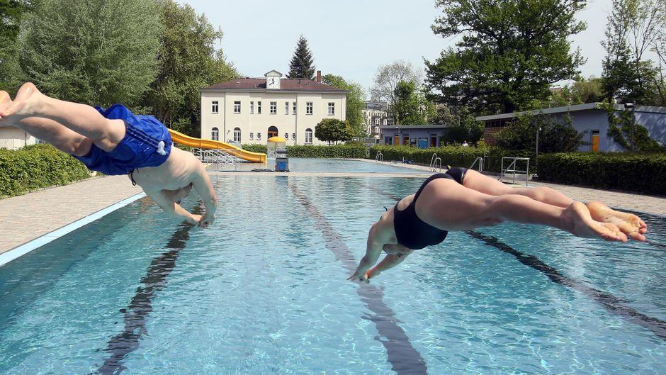 Melanie Schmidt (18) und Dominik Skubella (18) genießen das erste Bad bei 16 Grad Wassertemperatur im Schreberbad in Leipzig