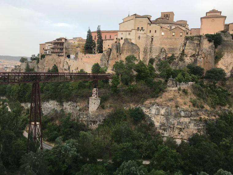 In die Altstadt von Cuenca gelangt man über eine schmale Fußgängerbrücke über die Huécar-Schucht.