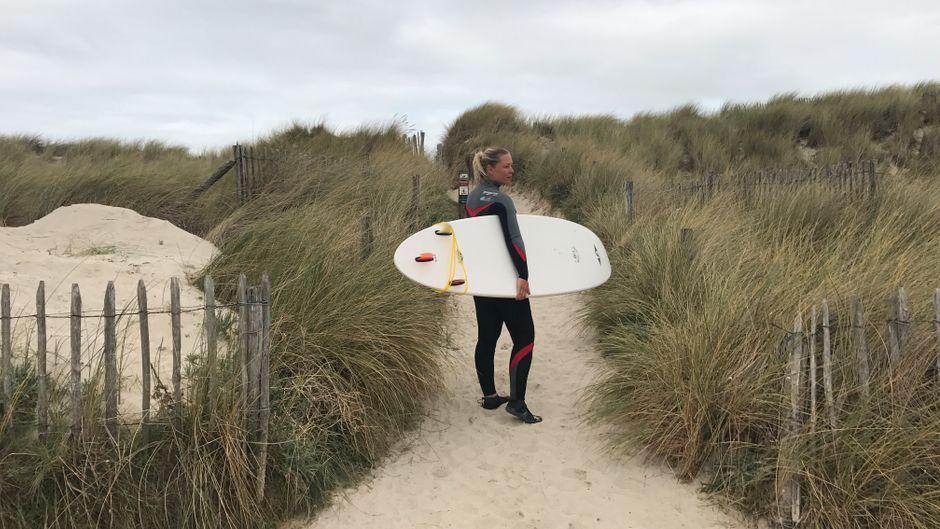Für Leo ganz wichtig: Sie braucht einen Ort, an dem sie surfen kann. Und die gibt's in der Bretagne genug.