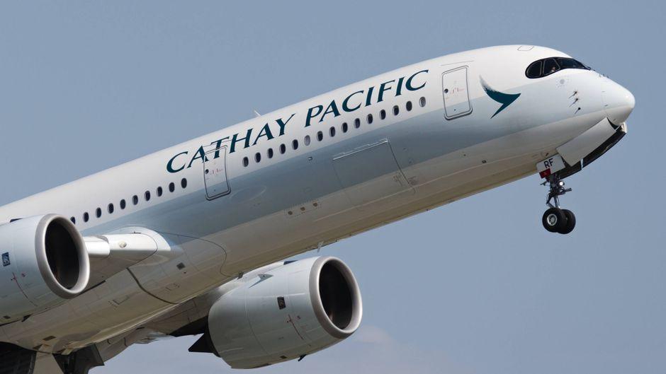 Ein Flugzeug der Airline Cathay Pacific – mit richtig geschriebenem Namen.