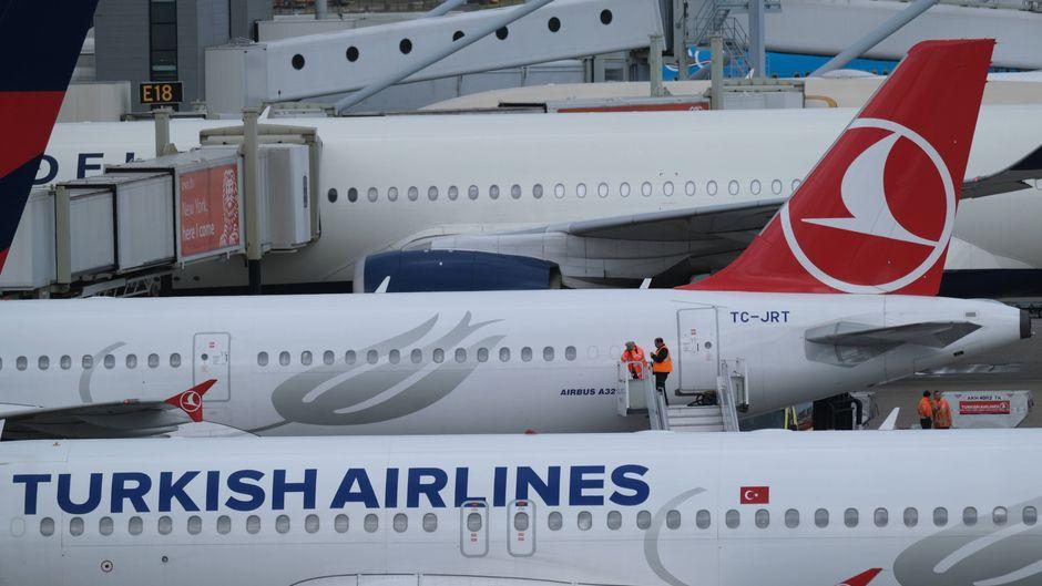 Flugzeug von Turkish Airlines am Flughafen Schiphol Amsterdam.