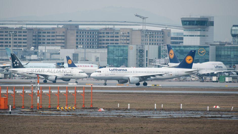 Flugzeuge der Lufthansa auf dem Rollfeld des Flughafens Frankfurt am Main.