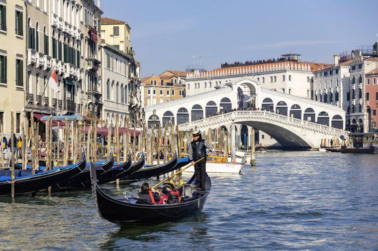Die Rialto-Brücke in Venedig ist ein echter Hingucker.