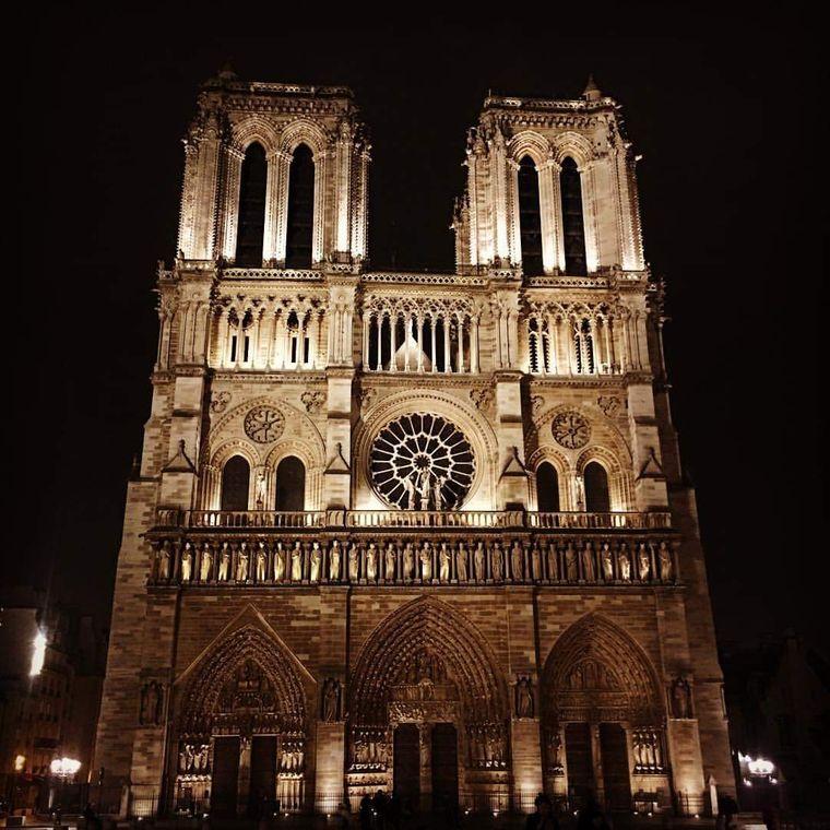 Foto von Notre-Dame in Paris im Dunkeln.
