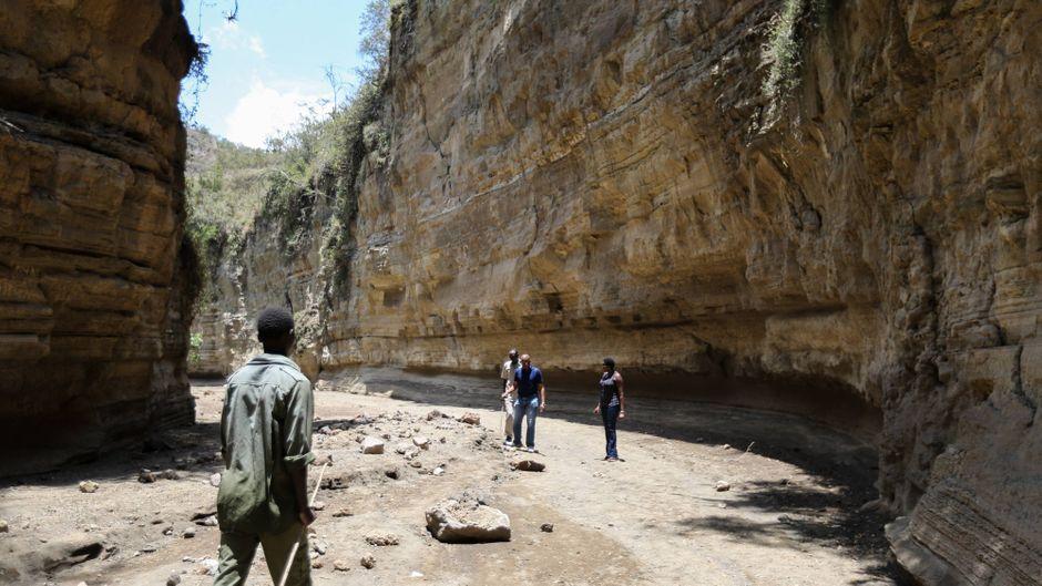 Touristen besuchen eine Schlucht im Hell's-Gate-Nationalpark in Kenia.