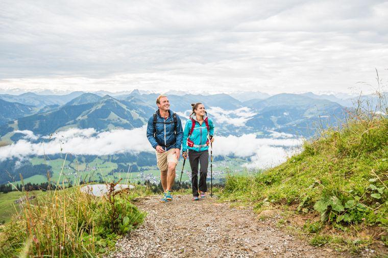 Paar auf dem Weitwanderweg durch die Kitzbüheler Alpen