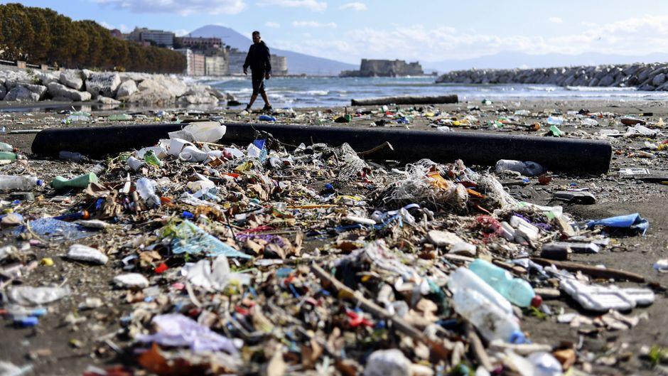 Strand zugemüllt mit Kunststoffverpackungen.