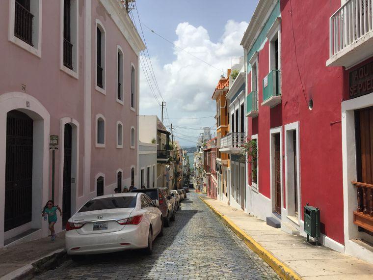 Straßenzug mit bunten Häusern in der Altstadt von San Juan, Puerto Rico