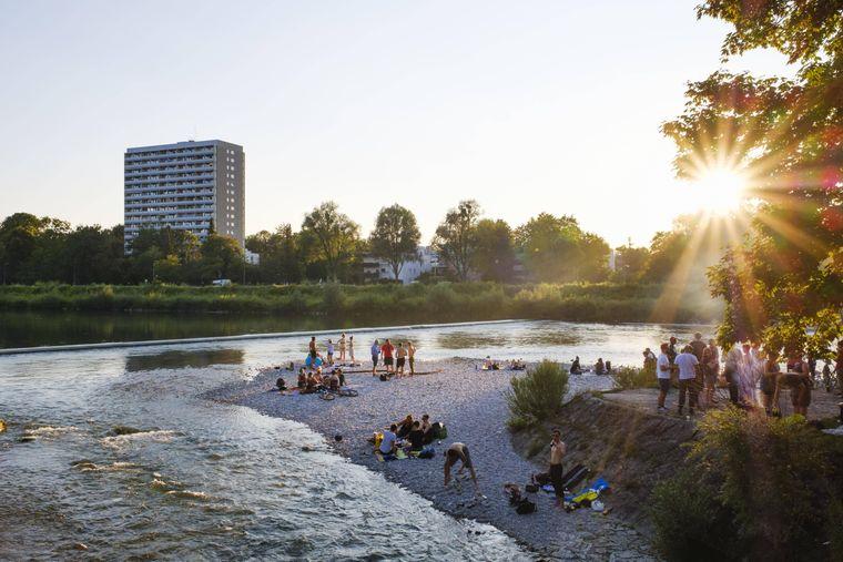 An Sommerabenden ist die Isar am Flaucher ein beliebter Treffpunkt.