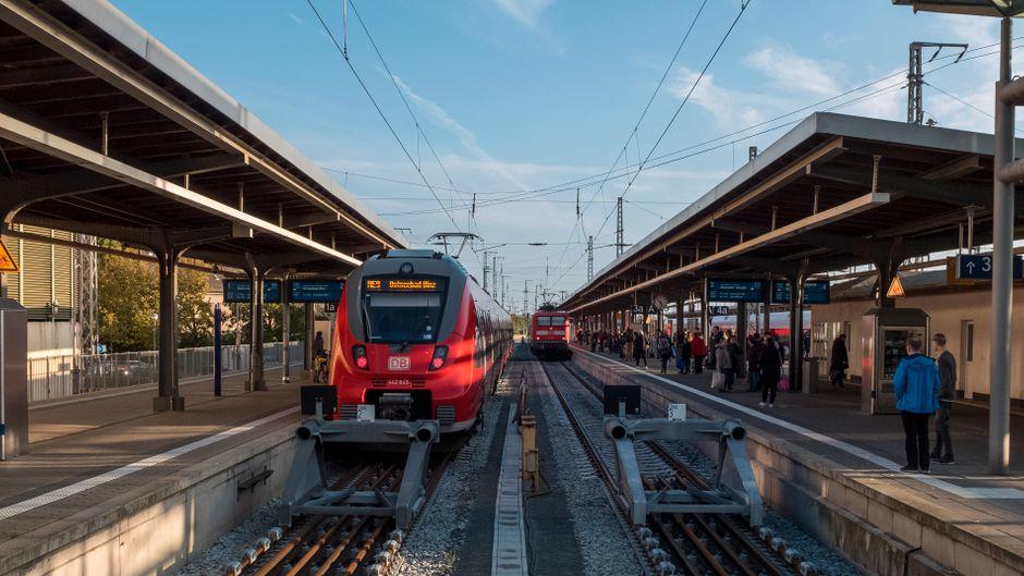 Ein Regionalexpress im Bahnhof Stralsund.