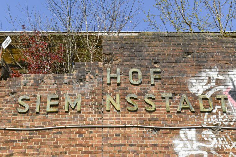 Einige Lettern fehlen am Schriftzug des Bahnhofs Siemensstadt.