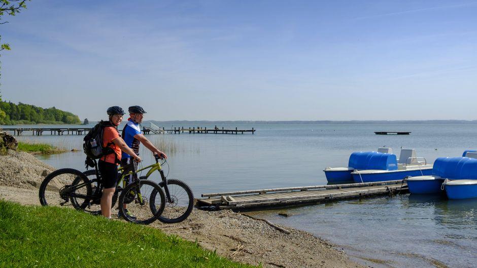 Fahrradfahrer am Chiemsee – eine Tour dort hält viele schöne Ausblicke bereit.