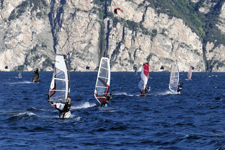 Der Gardasee ist ein beliebter Spot für Windsurfer aus ganz Italien.