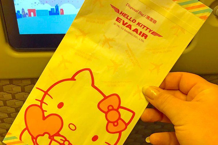 Zu viel Rosa? Oder ist es doch die Flugangst? Keine Sorge, wenn der Magen verrücktspielt, fängt Hello Kitty den Inhalt auf.