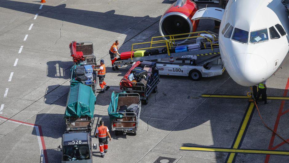 Ein Flugzeug am Flughafen in Düsseldorf wird beladen.