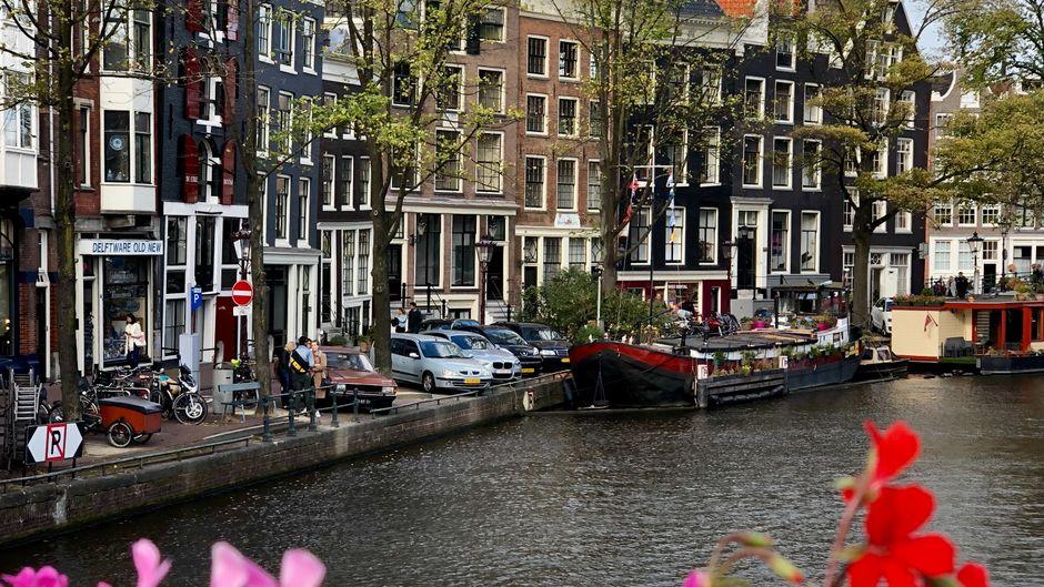Blick auf eine Gracht in Amsterdam, Niederlande.