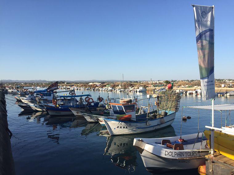 Boote im Hafen auf der Insel der Insel Culatra.