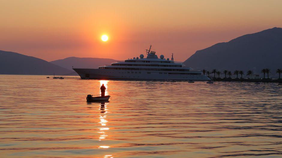Sonnenuntergang über dem Wasser in Montenegro.