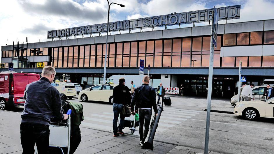 Passagiere auf dem Weg in den Flughafen Schönefeld.