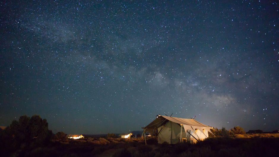 Wie im Zeltlager in den großen Ferien – übernachten im Zelt weckt Kindheitsträume wieder auf. (Symbolbild)