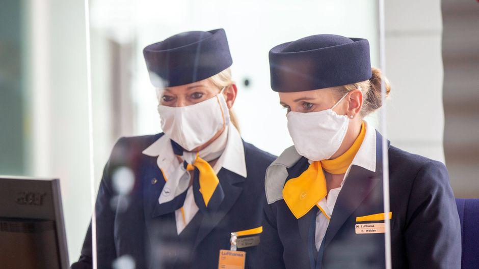 An deutschen Flughäfen sollen künftig alle einen Mundschutz tragen. (Symbolbild)