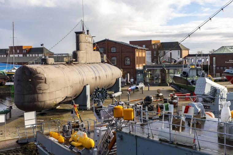 Im Deutschen Marinemuseum kannst du beeindruckende historische U-Boote und Schiffe bestaunen.