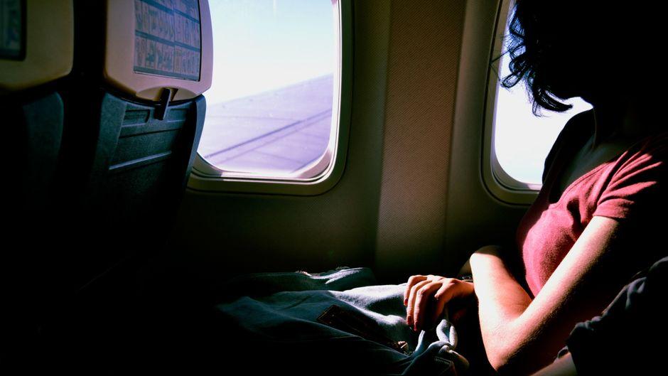 Eine Frau im Flugzeug. Immer mehr Fälle von sexuellen Übergriffen kommen ans Licht.