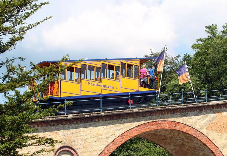 Die charmante gelbe Nerobergbahn rollt im Norden Wiesbadens.