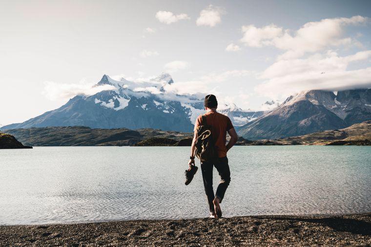 Ein Mann am Fluss Pehoe im Torres Del Paine Nationalpark in Patagonien.