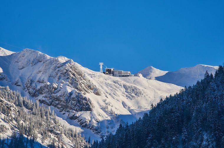 Blick auf die Nebelhornbahn auf der Bergstation auf 2224 Metern.