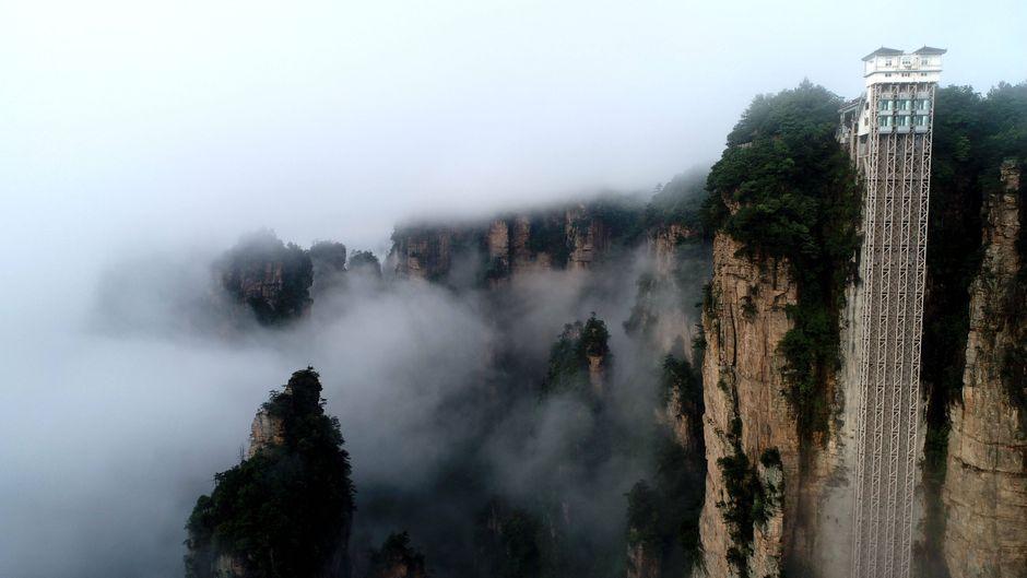 """Nichts für schwache Nerven: Der """"Bailong Elevator"""" in der chinesischen Provinz Hunan ist der höchste Außen-Aufzug der Welt."""