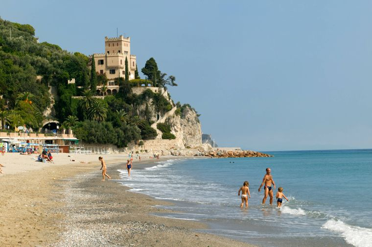 Ciao, Italia! An den Stränden im Norden kannst du wunderbar entspannen, zum Beispiel in Finale Ligure. Für einen Tag mit Liege, Sonnenschirm und Eintritt zahlst du 35,44 Euro.