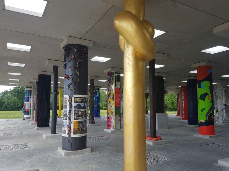 Kurz vor Polling lohnt sich eine Besuch der Stoa 169, einer offenen Halle mit 121 Säulen, die von Künstlerinnen und Künstlern gestaltet wurden.