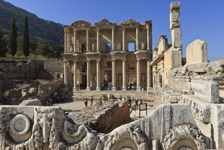 Die antike Ruinenstadt Ephesus nahe Kusadasi kannst du besuchen.