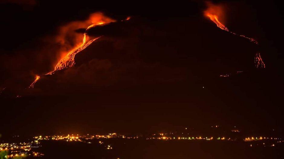 Vulkan Ätna bricht aus.