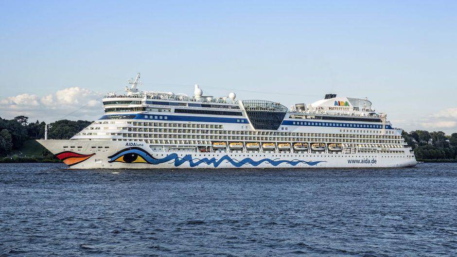 """Das Kreuzfahrtschiff """"Aida Luna"""" beim Auslaufen aus dem Hamburger Hafen."""