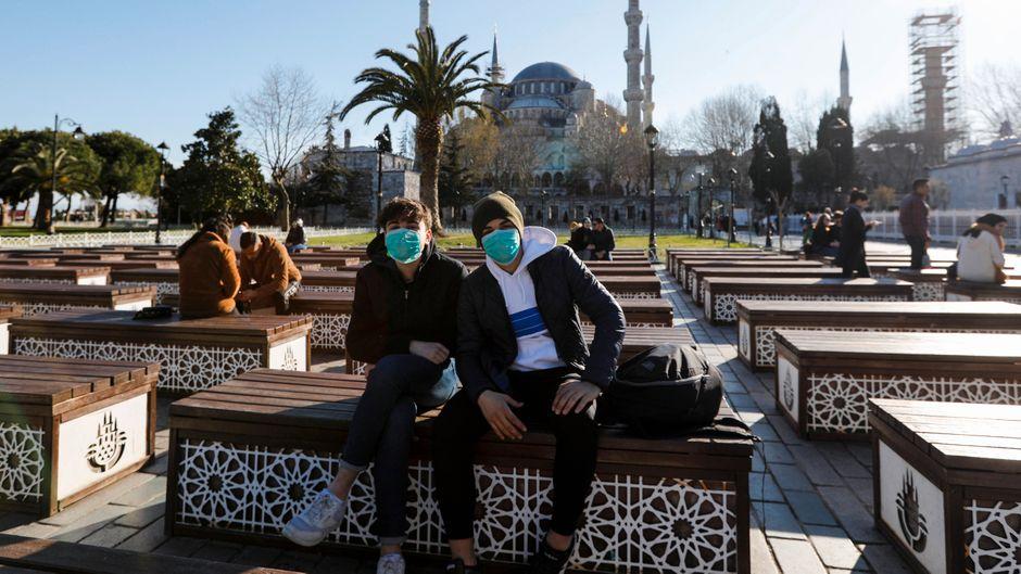 Mit Mundschutz durch Istanbul – die Türkei setzt im Sommer trotz Corona auf Urlauber aus dem Ausland.