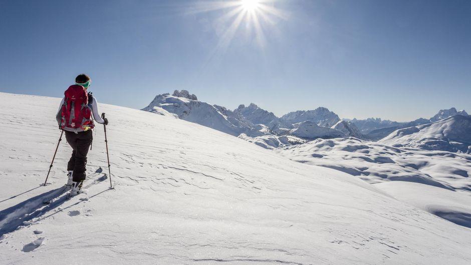 Ein Skitourengeher in den Dolomiten in Italien.