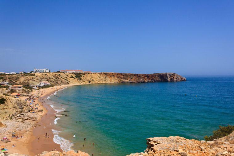 Die Praia de Mareta in Sagres ist ein beliebter Spot für Surfer.