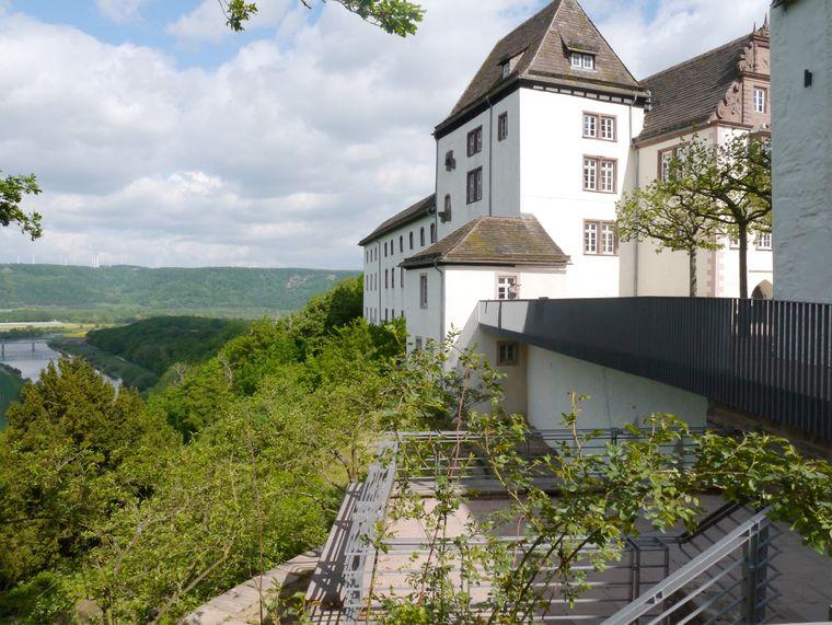 Von hier oben hast du einen herrlichen Ausblick: Die Terrasse des Schloss Fürstenberg thront über dem Wesergebiet.