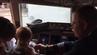 American-Airlines-Pilot Joe Weis schenkt dem kleinen Ki sein Pilotenabzeichen.