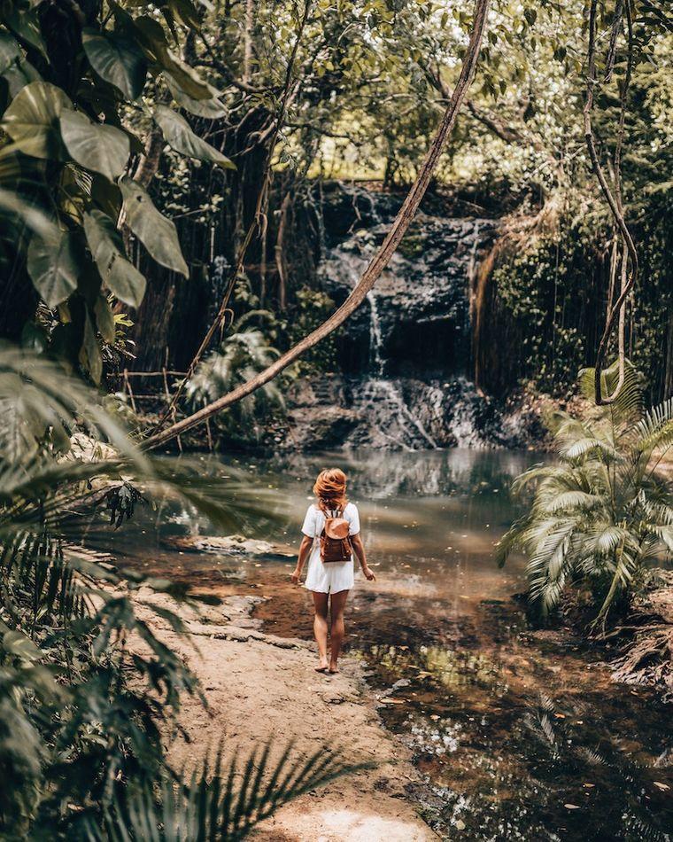 Hier ist Julia gerade beim Latille-Wasserfall auf St. Lucia.