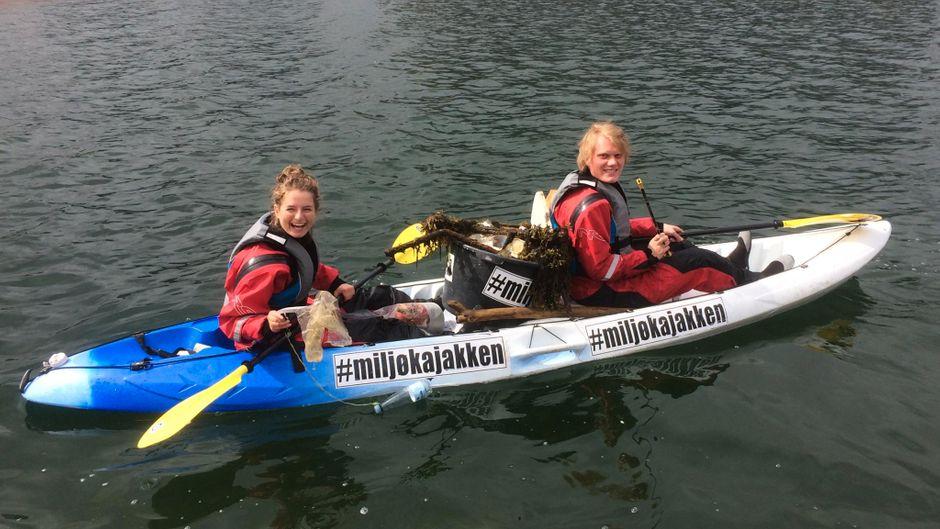 Zwei Teilnehmer der Green-Kayak-Touren fischen Müll aus dem Wasser.