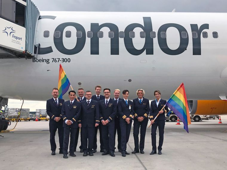 Die stolzen Flugbegleiter – mit Regenbogenkrawatten – und Pilotinnen des Pride-Fluges von Condor in die USA.