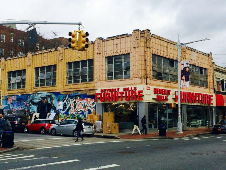 Der Bedarf an Betten und Schrankwänden scheint groß: An der Jamaica Avenue gibt es diverse Möbelhändler.