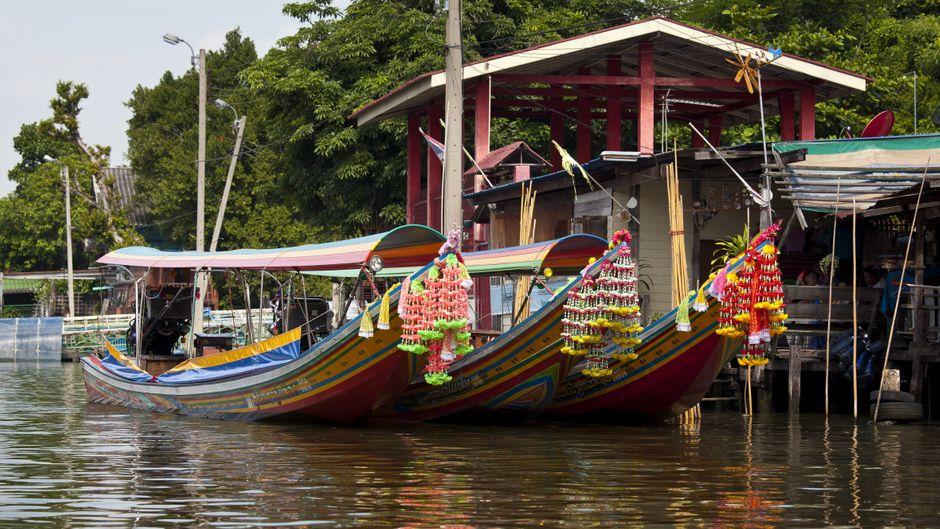 Auf langen Booten fahren die Thailänder bei den Lanna-Rennen.