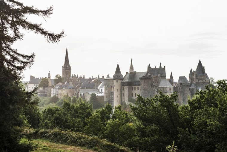 Sicht auf Stadt und Burg Vitré in Frankreich.