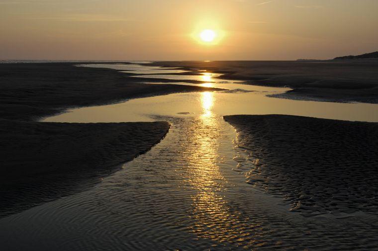 Sonnenaufgang am Strand mit dem wunderschönen Wattenmeer auf Ameland.