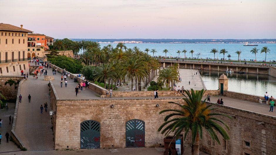 Einige Menschen sind während des Corona-Lockdowns in Palma de Mallorca unterwegs. Ab dem 15. Juni werden die ersten Testurlauber auf die Insel kommen.